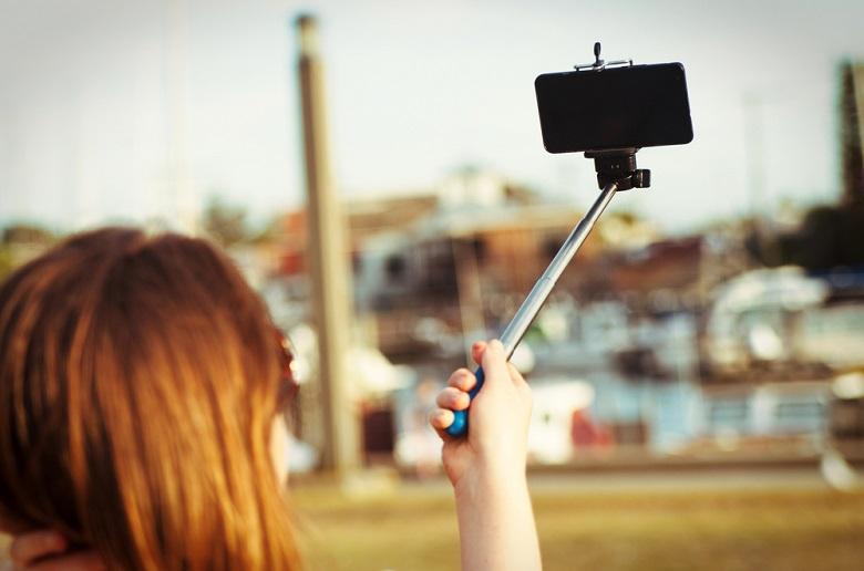 La perche à selfie objet pratique ou dangereux 2